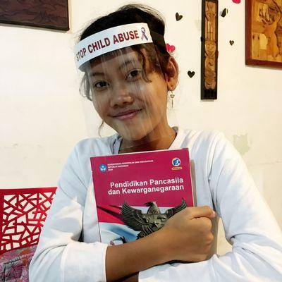"""Yufis Lieblingsfächer sind Naturwissenschaften, Indonesisch und Religion. """"Ich hoffe, dass ich schnell wieder zurück in die Schule kann"""", sagt sie."""
