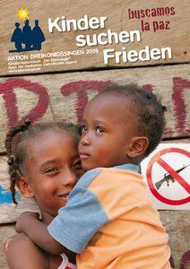 Das Plakat zur Aktion Dreikönigssingen 2009. Das Beispielland ist Kolumbien. Abgebildet ist ein Junge und ein Mädchen. Das Mädchen hält den Jungen auf dem Arm. Die beiden Kinder stehen vor einer Holzwand. An der Wand hängt ein Schild auf dem ein Gewehr abgebildet ist das durchgestrichen wurde. In der Kopfzeile des Plakats steht Kinder suchen Frieden. Daneben steht buscamos la paz. Das heißt auch Kinder suchen Frieden. In der Kopfzeile steht zudem noch Aktion Dreikönigssingen.