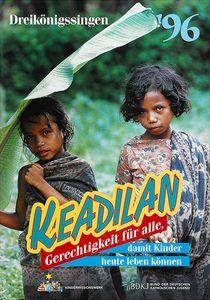 Das Aktionsplakat zur Aktion Dreikönigssingen aus dem Jahr 1996. Das Thema in diesem Jahr war das Land und die Kinder in Indonesien. Abgebildet sind zwei Mädchen die durch regen gehen. Sie haben nasse Haare und haben bunte gemusterte Tücher um den Körper gewickelt. Eine der zwei Mädchen trägt ein Palmenblatt mit sich und hält es über dem Kopf wie einen Regenschirm. In der Kopfzeile steht Dreikönigssingen´96. Mittig unten steht das Wort Keadilan das bedeutet Gerechtigkeit für alle. Das kommt auch im Slogan der Aktion Dreikönigssingen vor. Der Slogan lautet, Gerechtigkeit für alle, damit Kinder heute leben können.