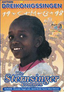 Ein Plakat für die Aktion Dreikönigssingen. Das Land ist Eritrea, ein Land im Nord- Osten von Afrika.Abgebildet ist ein Mädchen mit Harren die zu einem Zopf zusammengebunden sind. Sie blickt in die Kamera. Im Kopfbereich des Plakates steht Dreikönigssingen ´98. Unter dem Mädchen und er Fußzeile des Plakates steht Die Sternsinger kommen. Darunter wiederum steht das Wort Burakie. Das bedeutet so viel wie einander Segen sein. Dieser Ausdruck wird danach im Leitspruch der Aktion wieder aufgenommen. der Leitspruch lautet: Einander Segen sein, damit Kinder heute leben können.