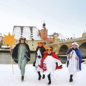 Tim aus der Gemeinde St. Elisabeth in Kareth sowie Veronika, Maria und Franziska aus der Gemeinde Mariä Himmelfahrt in Lappersdorf freuen sich auf die bundesweite Eröffnung am 30. Dezember 2021 in Regensburg (v.l.n.r.).