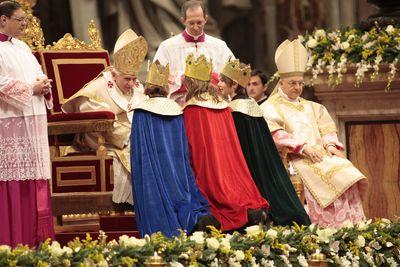 Drei Sternsinger aus Mainz-Gonsenheim brachten beim Neujahrsgottesdienst im Petersdom die Gaben zum Altar. Sie werden von Papst Benedikt gesegnet. Der Papst hat sich in sein Stuhl nach vorne gebeugt um besser mit den drei Sternsingern reden zu können.