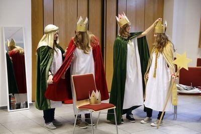 Die vier Sternsiegerinnen Jana, Alina, Carolin und Alexandra probieren die Kostüme für das Sternsingen an. Sie tragen die Umhänge der Heiligen Drei Könige und die selbstgebastelten Kronen.