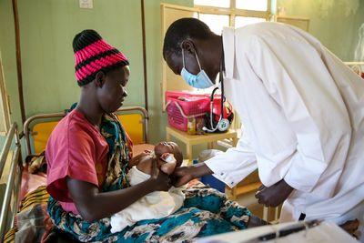 Francis wird wegen seiner Malaria im Krankenhaus behandelt.