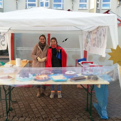 Claudia Buch (links) und ihre Tochter Merit mit ihrem Sternsinger-Stand auf dem Wochenmarkt in Hofheim.