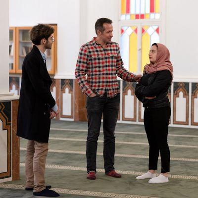 TV-Reprter Willi Weitzel im Gespräch in einer Moschee mit Pierre und Nathalie bei den Dreharbeiten zum neuen Sternsingerfilm: Willi im Libanon.
