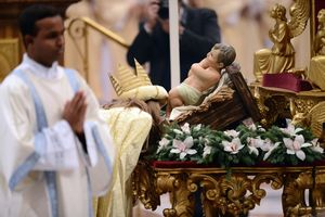 Ein Sternsinger küsst die Füße des Jesuskindes. Das ist eine besondere Ehre die nicht vielen Menschen zuteil wird.