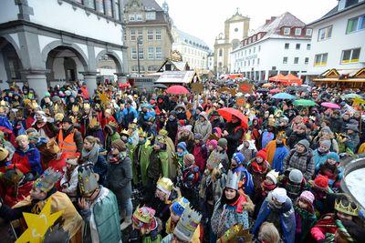 2.500 Sternsinger feiern am Dienstag, 30. Dezember, in Paderborn die bundesweite Eöffnung ihrer 57. Aktion Dreikönigssingen. Die Sternsinger trotzten dem kalten und nassen Wetter und harrten geduldig auf dem Weihnachtsmarkt aus.