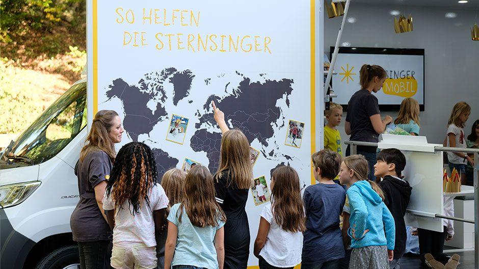 Das Sternsingermobil informiert anschaulich über die Arbeit des Kindermissionswerks.