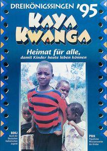 Das Plakat für die Aktion Dreikönigssingen 1995 für das afrikanische Land Mosambik. Auf dem Plakat sind vier Kinder abgebildet. Eines der Kinder ist etwas älter und größer als die anderen drei. Das älteste Kind trägt einen rot und blau gestreiften Pullover anträgt eines der drei kleinen Kinder auf Rücken huckepack.Die zwei übrigen Kinder stehen recht und links neben ihm. Und er Kopfzeile des Plakats steht Dreikönigssingen´95. Darunter steht Kaya Kwanga. Das ist heißt Heimat für alle. So geht auch der Slogan der Aktion Dreikönigssingen darunter los. Der Slogan lautet Heimat für alle, damit Kinder heute leben können.