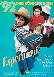 Das Plakat der Aktion Dreikönigssingen aus dem Jahr 1992. Thema ist das Land Bolivien. Abgebildet sind 2 junge Mädchen die jeweils ein Kleinkind versorgen und betreuen. Sein haben Tücher um die Schultern geworfen in die sie die Kleinkinder eingewickelt haben. So tragen sie die Kleinkinder auf dem Rücken. Die Mädchen haben dicke Wollsachen an und tragen Hüte. Und er Kopfzeile steht Dreikönigssingen ´92. In der rechten unteren Ecke steht Hoffnung, damit Kinder heute leben können. Link neben diesem Schrift steht das Wort Esperanza, das bedeutet Hoffnung in Bolivien.
