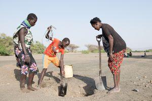 Wasserschöpfen, Turkana, Kenia, 2/2106