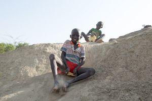 """""""Schlittenfahren"""" auf Sand, Turkana, Kenia, 2/2106"""
