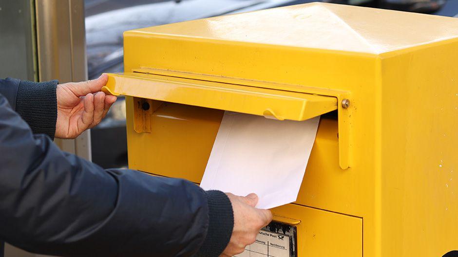 Segenspaket wird in den Briefkasten geworfen.