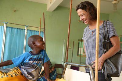 Krankenbesuch für Benson: Die deutsche Fachkraft Tatjana Gerber ist Gesundheitskoordinatorin in der Diözese Wau.