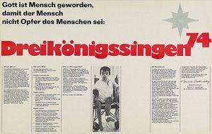 Ein Plakat der Sternsinger von 1974.  Das Plakat ist schwarz- weiß. In der Mitte steht mit roter Farbe Dreikönigssingen´74. Text auf dem Plakat erklärt die Hintergründe der Aktion genauer.
