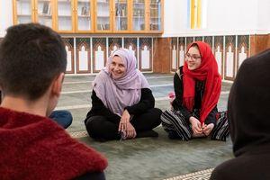 Dr. Nayla Tabbara (l.), Gründerin der Adyan-Stiftung, mit Teilnehmerinnen und Teilnehmern des Alwan Projektes in einer Beiruter Moschee.