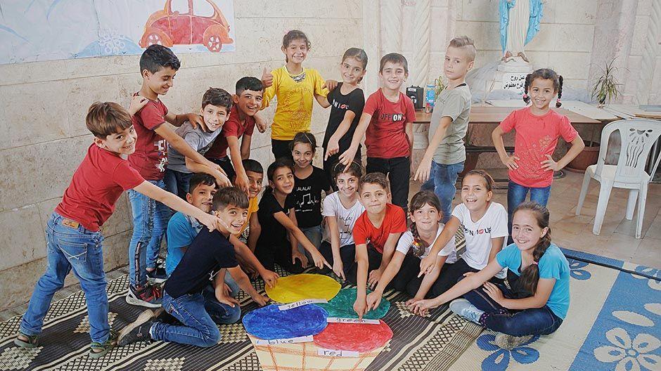 Schülerinnen und Schüler zeigen ihre Malerei