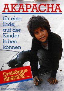 Das Plakat zur Aktion Dreikönigssingen in Peru aus dem Jahr 1988. Abgebildet ist ein jungen mit zotteligen schwarzen Haaren einem dunkeln Pullover, einer blauen Jeanshose und Schuhen mit Klettverschluss. In der Hand hat er ein Spielzeugauto mildem er auf dem Betonboden herumfährt. In einem Roten Kasten in der linken unteren Ecke des Plakats steht in Gelb Dreikönigssingen ´88. In der Kopfzeile de Plakats steht das Wort Akapacha in roter Schrift. Darunter ist linksbündig der Leitspruch für eine Erde,  auf der Kinder leben können in blauer Farbe.