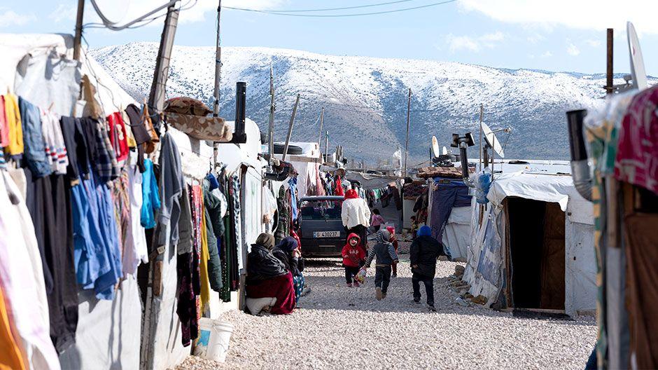 Dicht gedrängt leben die Menschen in der Flüchtlingssiedlung in Zelten aus Holzlatten, Plastikplanen und Pappe.