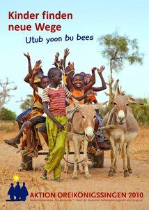 Das Plakat zur Aktion Dreikönigssingen aus dem Jahr 2010. Das Beispielsland ist der Senegal in Afrika. In der Kopfzeile steht Kinder finden Wege. Daneben steht Utub yoon bu bees. Auch das heißt Kinder finden Wege. In der Fußzeile sehe Aktion Dreikönigssingen in roter Schrift. Abgebildet sind sieben Kinder die auf einem Karren setzten der von zwei Eseln gezogen wird. Ein Kinde führt die Esel an Zügeln. Die anderen Kinder sitzen auf dem Karren, haben die Arme in die Luft gestreckt und sind glücklich.
