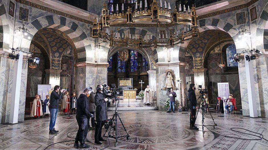 Der Gottesdienst wurde live im TV und Internet übertragen. Die Kinder und Erwachsenen verteilten sich rund um das berühmte Oktogon des Doms.