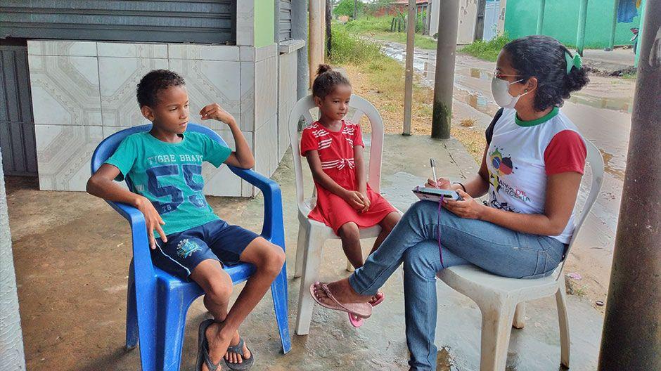 Das sind die Geschwister Vitor Eduardo (9, links) und Micaele Vitória (8). Auch sie leben in Brasilien. Sie wohnen mit insgesamt 14 Menschen in einem Haus, darunter zwei weitere Brüder, der Onkel, Cousins und Neffen. Sie können nicht zu Hause lernen, da sie dort nicht ungestört sind und ihre Eltern ihnen nicht helfen können. Ihre Familie macht sich viele Sorgen über die Gesundheit, die Schule und fehlendes Essen. Die beiden Kinder wünschen sich sehr, endlich wieder zur Schule zu gehen, ihre Freunde zu treffen und mit ihnen zu spielen.