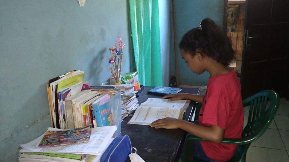 Auch Ririn (12) lebt in Indonesien und kann nicht mehr zur Schule gehen. Deswegen lernt sie zu Hause. Wenn sie das Haus verlässt, muss sie eine Maske tragen. Spielen kann sie im Moment nur mit ihrem Bruder in einem Hof, die Kinder dürfen sich nicht weit vom Haus entfernen.
