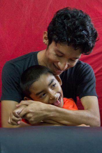Der Physiotherapeut versteht die Bedürfnisse der beeinträchtigten Kinder.