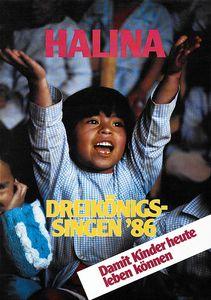 Ein Plakat der Aktion Dreikönigssingen aus dem Jahr 1986 für die Philippinen. Abgebildet ist ein Kind das seine Arme in die Höhe Strecke und etwas ruft. Erträgt ein langärmliges Hemd das blau und weiß kariert ist. Da sKind ist nicht das einzige Kind auf dem Plakat. Es ist erkennbar, dass noch viele andere Kinder mit im Raum sind. Diese Kinder sieht man aber nur in Teilen. In der unteren rechten Ecke das Plakats steht, in roter Schrift, der Slogan Damit Kinder heute leben können. Darüber steht in gelber Schrift Dreikönigssingen´86. In der Kopfzeile des Plakats steht das Wort Halina.