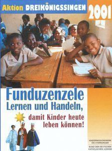 Das Aktionsplakat zu Aktion Dreikönigssingen für das Land Südafrika. Abgebildet ist eine Schulklasse. Zu sehen sind 13 Kinder einer Schulklasse. Sie sitzen an einem Tisch, haben Stifte in der Hand und freuen sich in der Schule zu sein und lernen zu können. In der Schulklasse sind sowohl Mädchen als auch Jungen. Die Mädchen tragen Kleidung mit blauem Kragen während die Jungen Kleidung mit weißem Kragen tragen. Und er Kopfzeile steht Aktion Dreikönigssingen´01. Mittig steht das Wort Funduzenzele. Das bedeutet Lernen und Handeln in Südafrika. Der Slogan der Aktion heißt Lernen und Handeln, damit Kinder heute leben können.