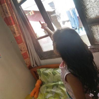 Rabella zeigt auf ihr Fenster.