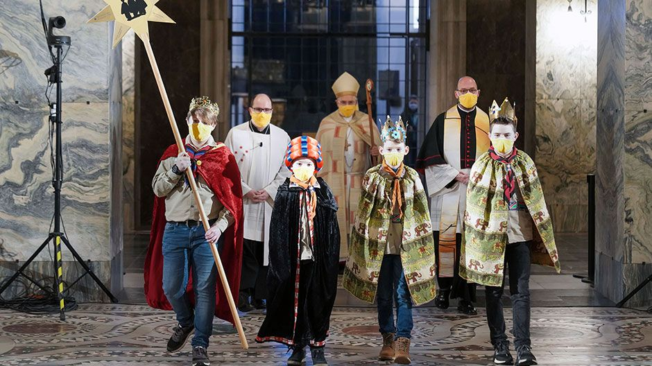Feierlicher Einzug in den Aachener Dom mit der Sternsingergruppe vom Stamm Maximilian Kolbe in der Deutschen Pfadfinderschaft Sankt Georg (DPSG) aus Simmerath-Lammersdorf.