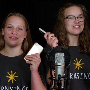 Sternsingerinnen vor einem Mikrofon
