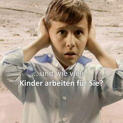 Ein Junge im Steinbruch, der sich die Ohren zuhält.