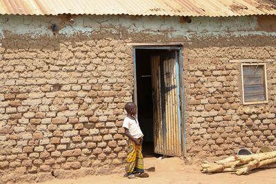 Endlich wieder zuhause: Benson vor der Lehmhütte im Dorf Baggari, wo er gemeinsam mit seiner Mutter und seinem kleinen Bruder Ponis lebt.