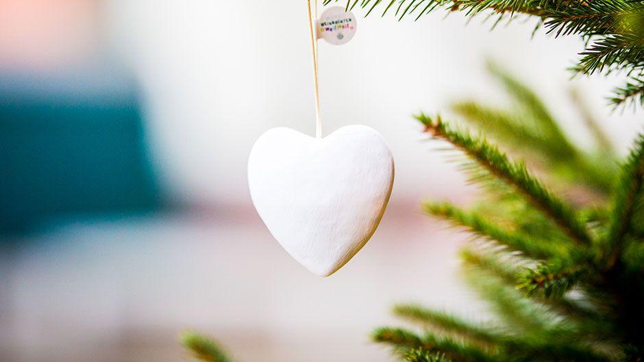 Weihnachten Weltweit - faire Weihnachtsbaumherzen zum Selbstgestalten