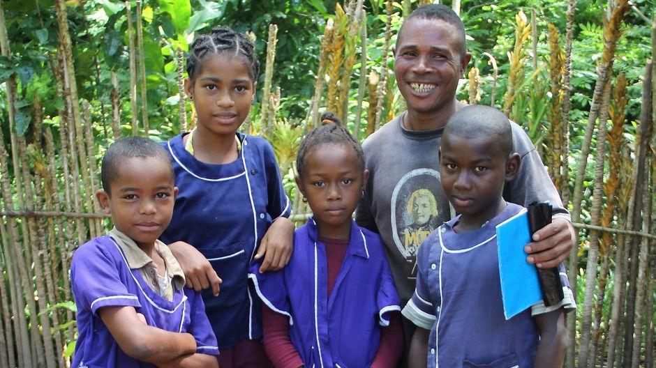 Gartenlehrer Paulin Frederec mit einigen seiner Schüler.