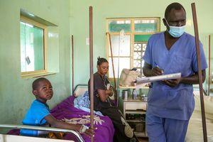 Benson bei der Aufnahme im Daniel-Comboni-Krankenhaus in der südsudanesischen Stadt Wau. Mit Hilfe der Sternsinger aus Deutschland werden hier kleine und große Patienten behandelt.