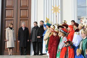 Bundespräsident Joachim Gauck und seine Frau Daniela empfangen die Sternsinger im Schloss Bellevue. Rund dreißig Sternsinger sind mit Kronen, Umhängen und Gewändern gekleidet und stehen auf der Treppe vor dem Eingang des Schloss Bellevue. Oben auf der Treppe steht neben dem Bundespräsidenten und seiner Frau auch Prälat Dr. Klaus Krämer.