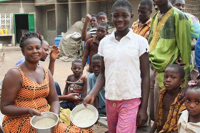 Eine Familie zeigt glücklich die Nahrungsmittel die sie besitzen.
