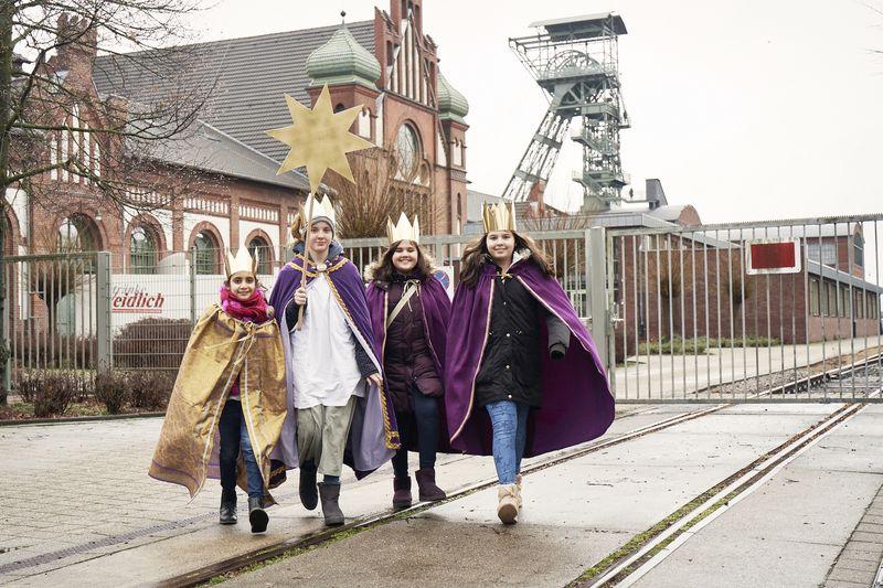 Lor (9) ist mit den anderen Sternsingern in einer Dortmunder Zechensiedlung unterwegs.