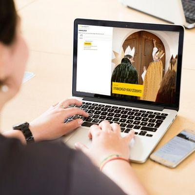 Sternsinger-Organisatorin am Laptop mit Sternsinger-Benutzerkonto aufgerufen.