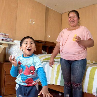 Carlos Andrés und seine Mutter erhalten Hilfe vom Zentrum Yancana Huasy (Peru).