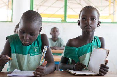 Zwei Jungen in der Schule, Sie sitzen an einem Tisch, schreiben in die Hefte und lernen fleißig.