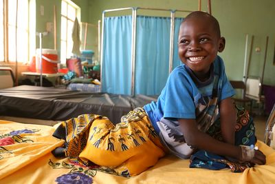 Benson ist fünf Jahre alt und lebt im Südsudan. Nach einem Sturz vom Mangobaum brachte seine Mama ihn zu Fuß den langen Weg ins Krankenhaus.