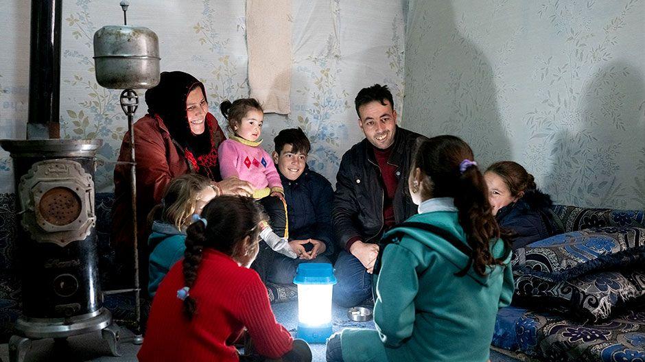 Auch Nour lebt mit ihren fünf Geschwistern und den Eltern in einem Zelt. Ein Ofen spendet etwas Wärme an den kalten Wintertagen, eine Solarlampe erhellt das Zelt.