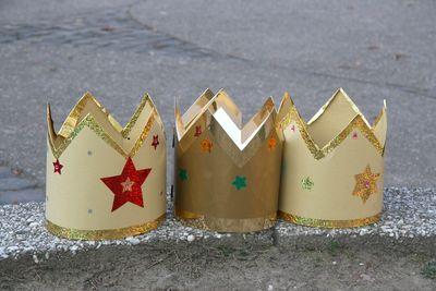 Die Heiligen Drei Könige tragen Kronen aus Gold. Die Kronen sind oben gezackt und glänzen und funkeln. Man kann die Kronen auch nich selber verzieren und sie so ganz einzigartig machen.