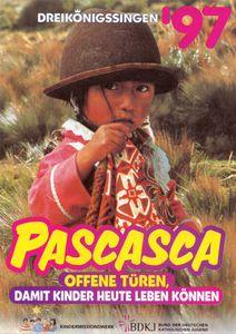 Das Plakat zur Aktion Dreikönigssingen 1997 für das lateinamerikanische Land Ecuador. Abgebildet ist ein Mädchen in rot und weißer traditioneller ecuadorianischer Kleidung. Sie trägt einen braunen Filzhut auf dem Kopf. Das Mädchen steht auf einer Wiese. In der Kopfzeile steht Dreikönigssingen´97. Mittig steht das Wort Pascasca.  Pascasca bedeutet Offne Türen. Auf diese Weise geht auch der Leitspruch der Aktion Dreikönigssingen los. Er lautet Offne Türen, damit Kinder heute leben können. Unter dieser Fußzeile sind die Logos vom bund der katholischen Jugend und der Kindermissionswerk zu sehen. Dies sind die Träger der Aktion.