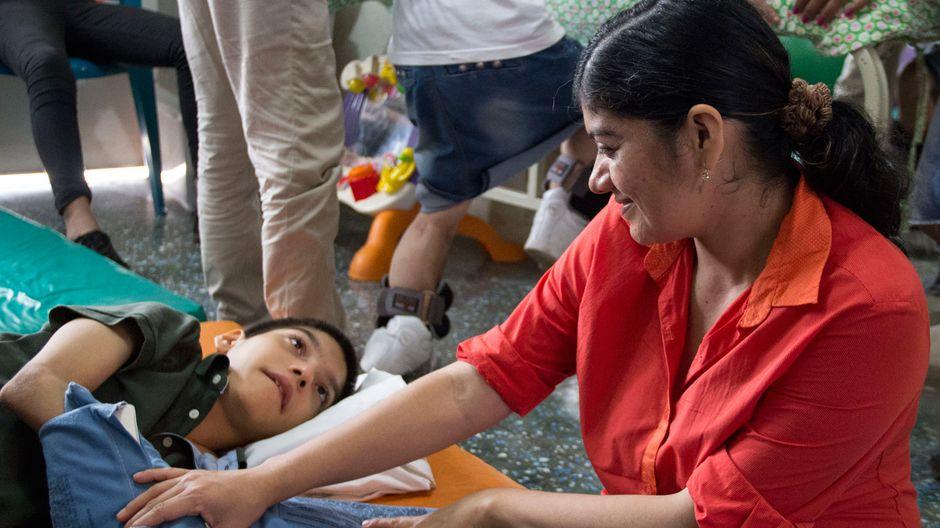 Carla kommt regelmäßig mit ihrem Sohn Alex in die Hilfsstation.